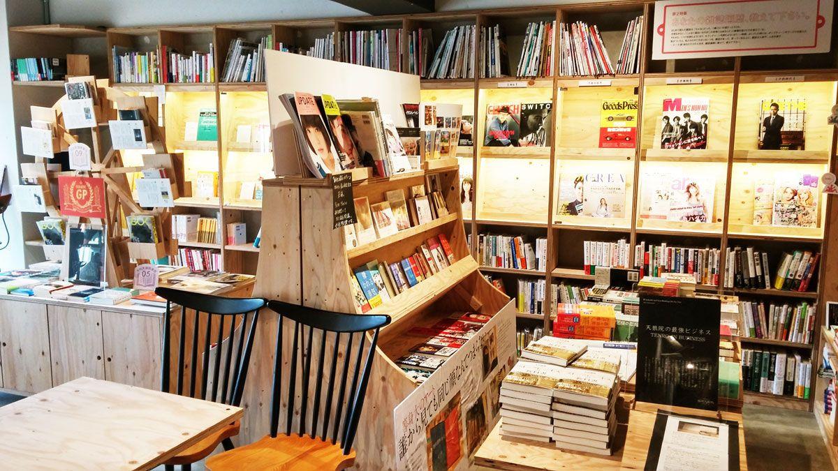 本棚はすべて木製で木のぬくもりが感じられます
